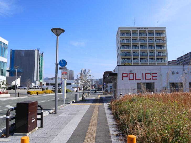 【福岡市東区】晴れた青空が似合う「名島駅」の周辺写真:「POLICE」の字体が独特な交番