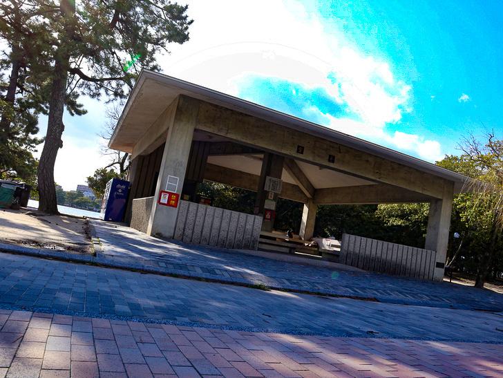 大きな池越しの都会「大濠公園」をまったり散歩:売店があるスペース