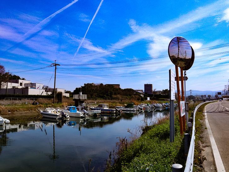 「西鉄新宮駅~相島渡船新宮待合所」までの徒歩ルートが絶景だった:湊川と漁船