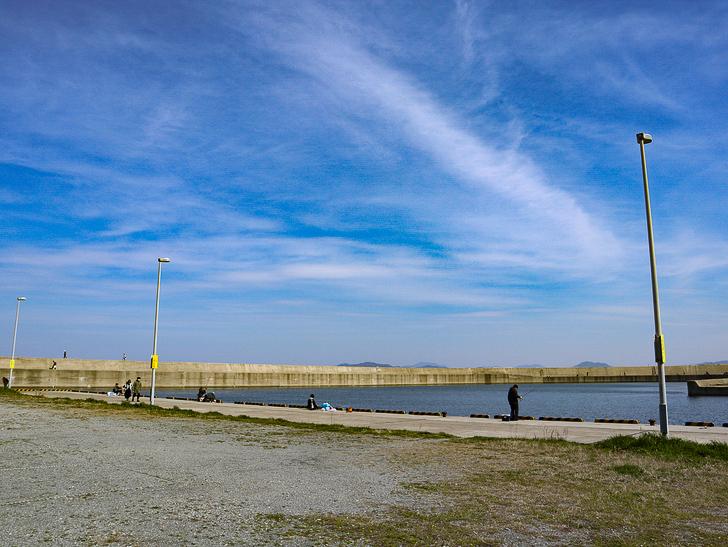 「西鉄新宮駅~相島渡船新宮待合所」までの徒歩ルートが絶景だった:海釣りを楽しむ人々
