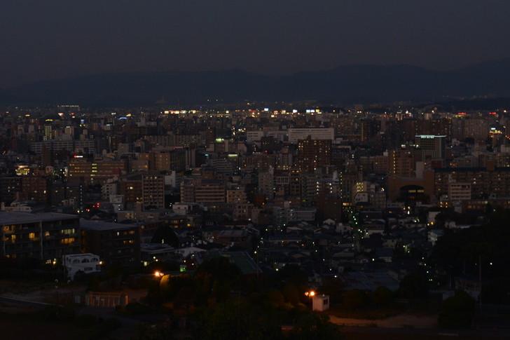 奥のちょっと明かりが多いところは福岡空港のようです