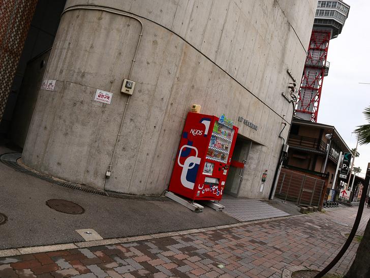 【ベイサイドプレイス博多(昼)】を思う存分満喫!: JTC 福岡店 入り口の自販機