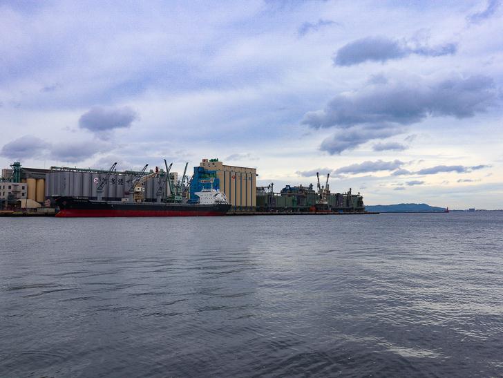 【ベイサイドプレイス博多(昼)】を思う存分満喫!: 海と貨物船