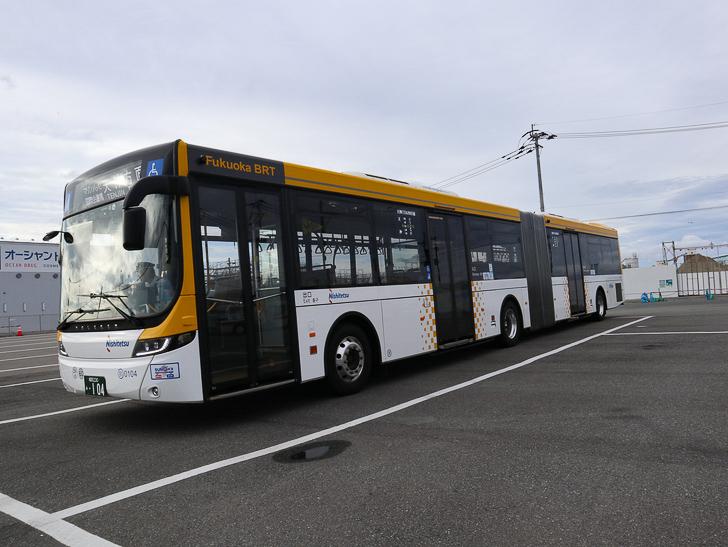 【博多区沖浜町】海に面した不思議なエリアを散歩: 連節バス
