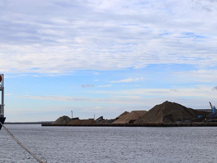 【博多区沖浜町】海に面した不思議なエリアを散歩: 空と工場