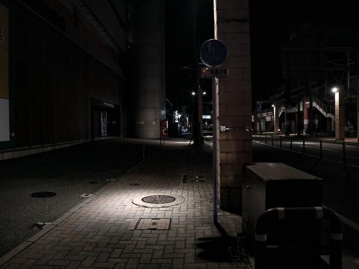 【ベイサイドプレイス博多(深夜)】やっぱり夜の海は良い: スポットライトのような街頭