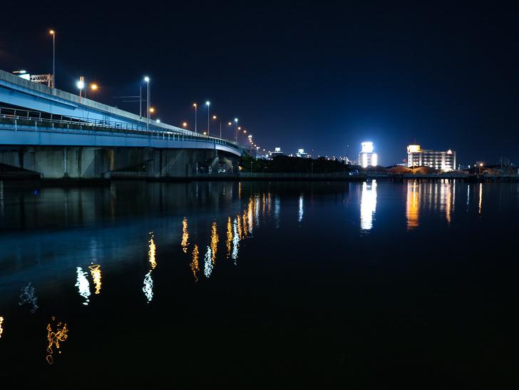 【ベイサイドプレイス博多(深夜)】やっぱり夜の海は良い: 対岸と道路