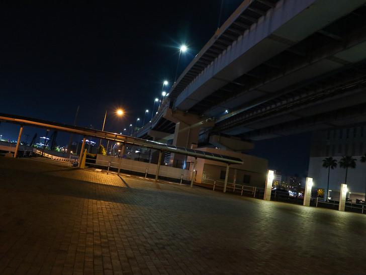 【ベイサイドプレイス博多(深夜)】やっぱり夜の海は良い: みんな大好き高架下