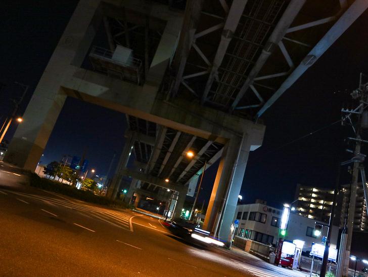 【ベイサイドプレイス博多(深夜)】やっぱり夜の海は良い: 高架下