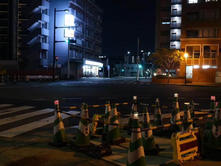【ベイサイドプレイス博多(深夜)】やっぱり夜の海は良い: たくさんのコーンと街