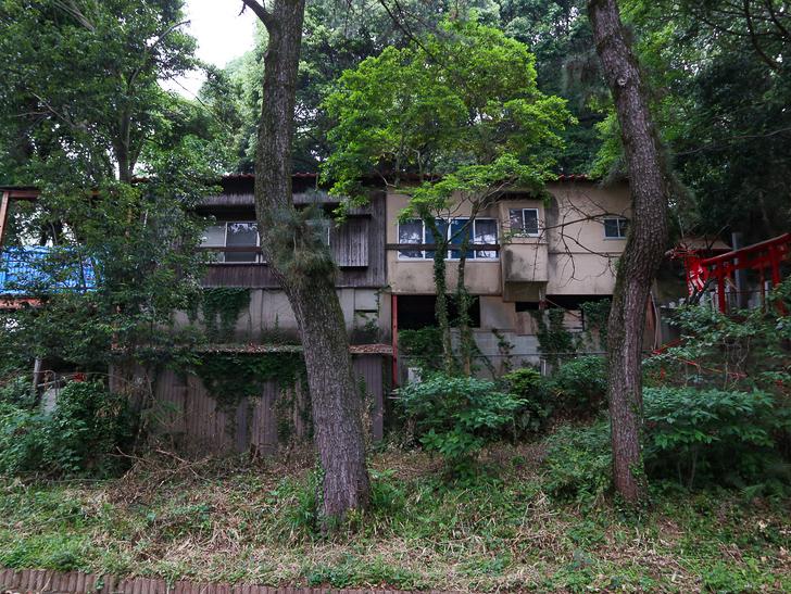 天神近くにある避暑地「西公園」「光雲神社」を散歩: 廃れた雰囲気の建物