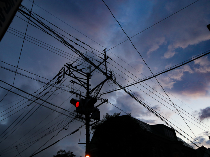 信号機と曇り空