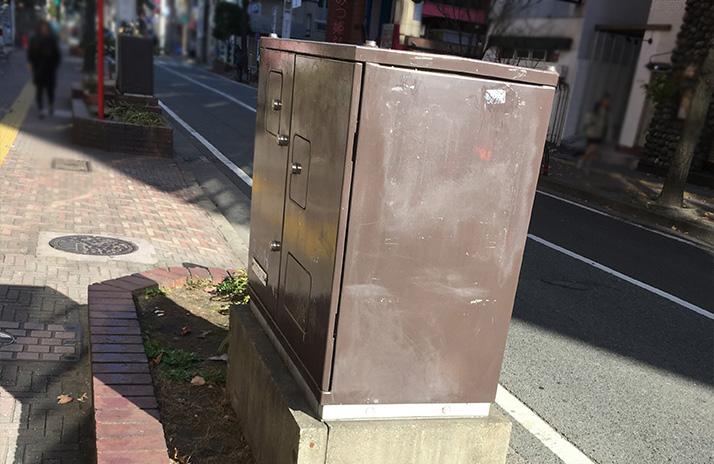 都会にある「謎の茶色い箱」の正体は、「地中化した電信柱」だった!