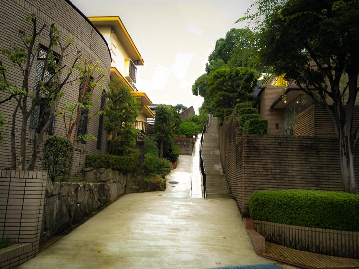 住宅街に良くある長い階段