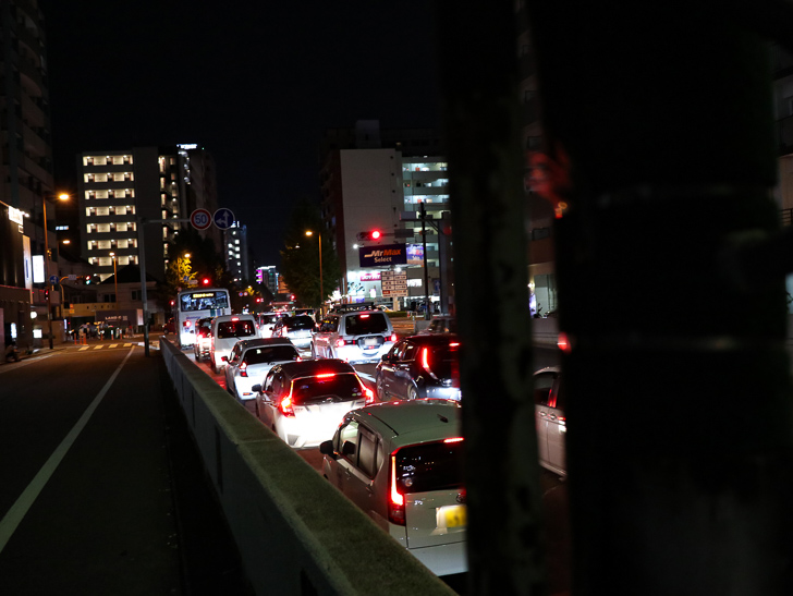 高架下出口は渋滞中
