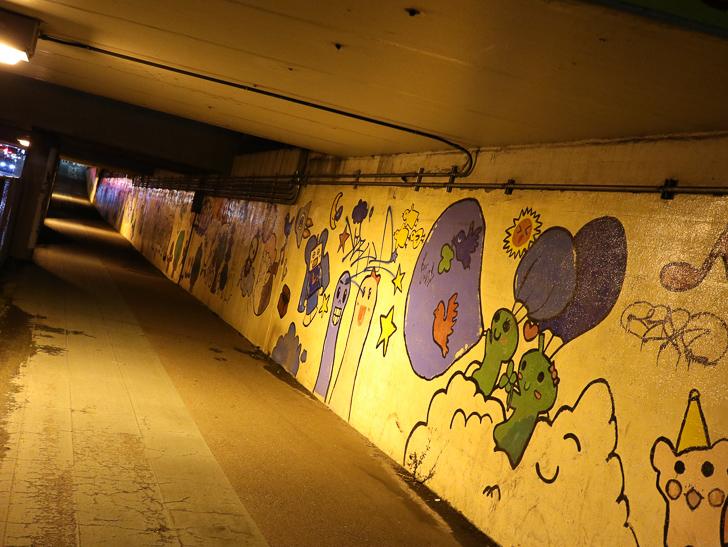 高架下の壁画