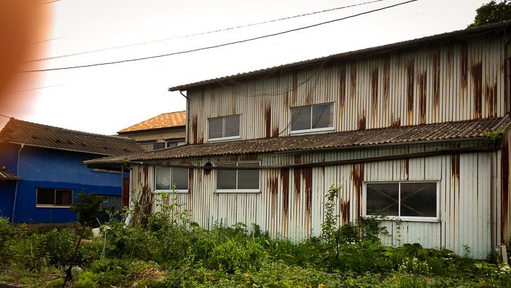 田舎特有の錆びた倉庫みたいな建物