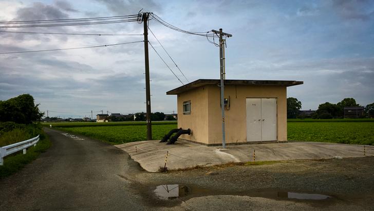 田舎によくあるベージュの小さい施設