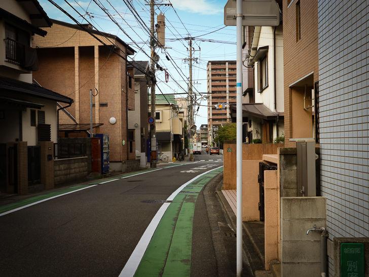 住宅街の細い道