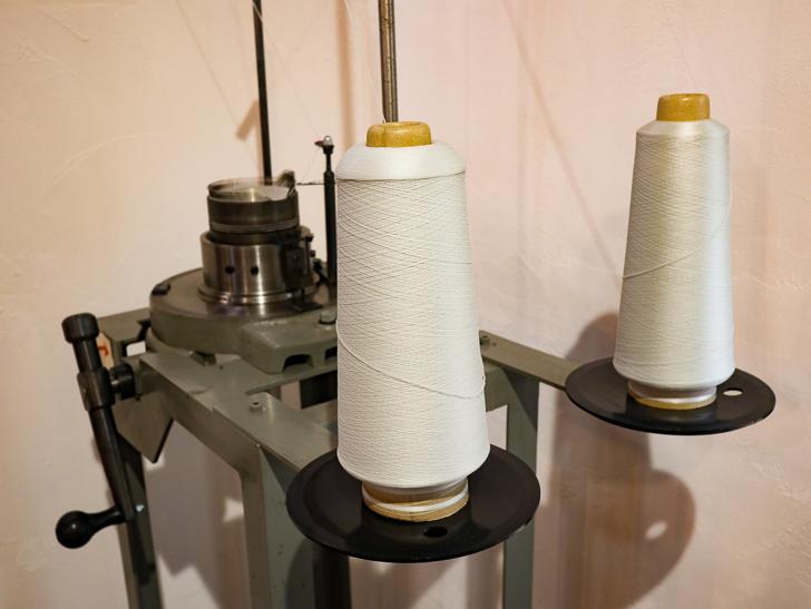 店内には、日本に2台しか無い「初期の編み機のレプリカ」がある