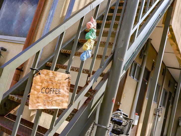 「How's That」の入り口は、この階段を昇った先にある