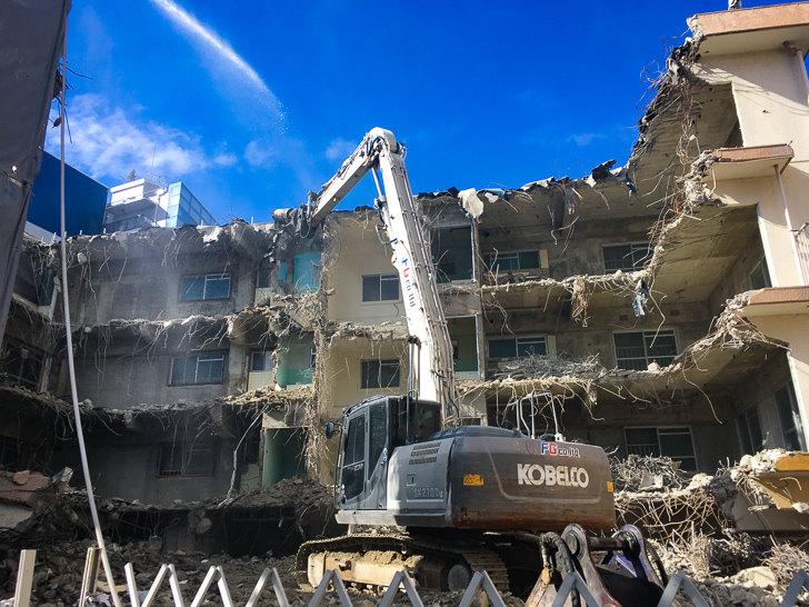 解体中の建物2