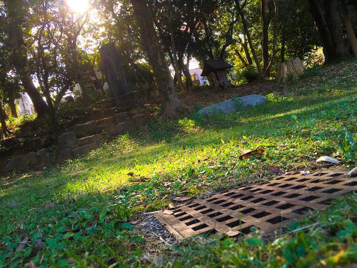石碑と排水溝
