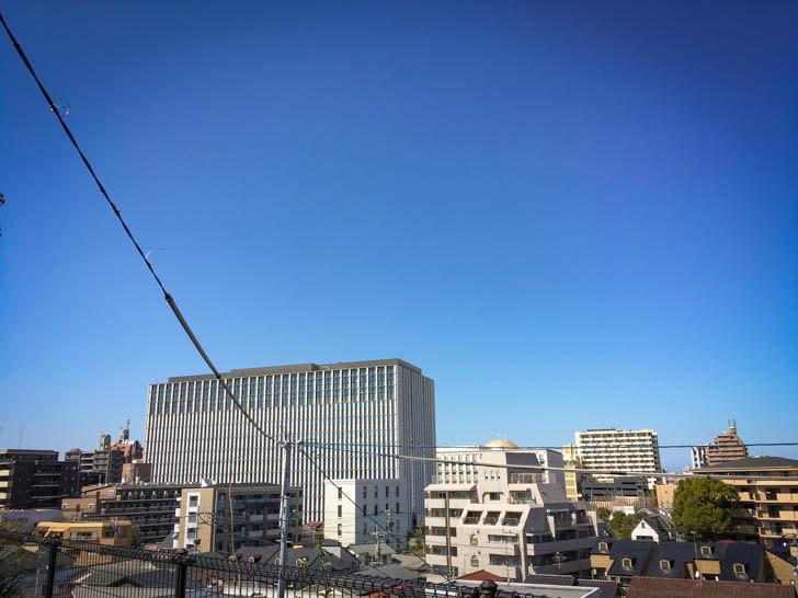 奥に見える大きい建物は、六本松にある「福岡簡易裁判所」