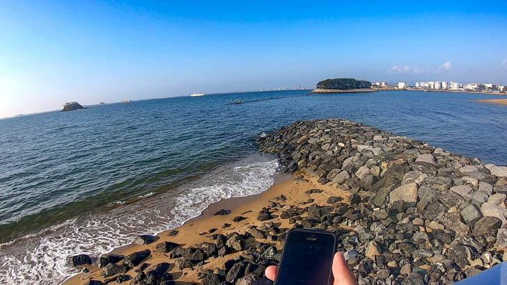 福浜海岸。風が強く、波が白立っている