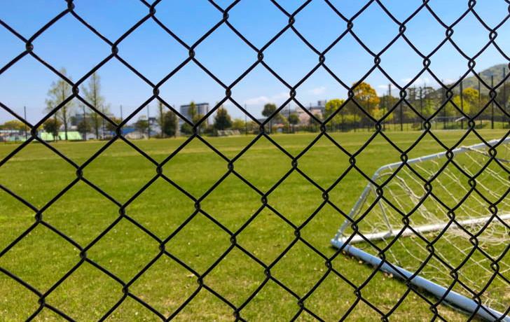 フェンス越しのサッカーコート