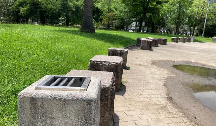 噴水池の周りには、一定のスペースで灰皿が設置されている
