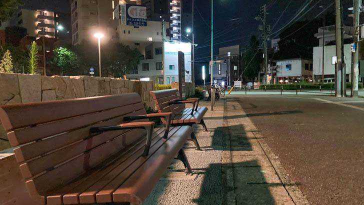 通りに向けてベンチが設置されている