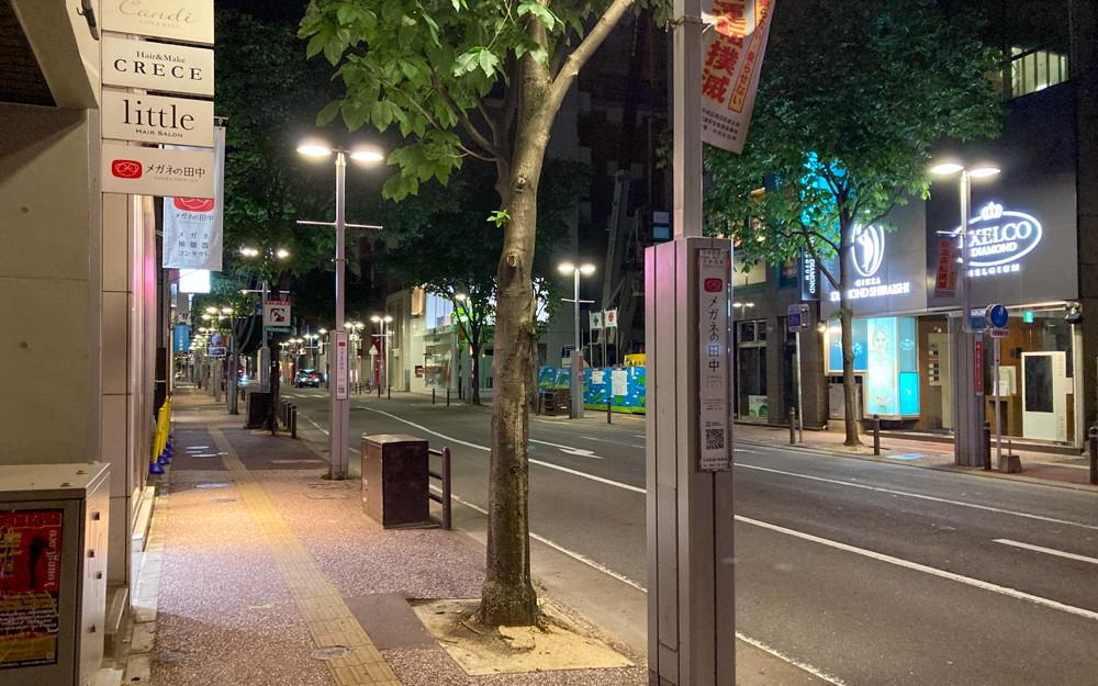 人通りがいつも多い「天神西通り」を深夜に散歩