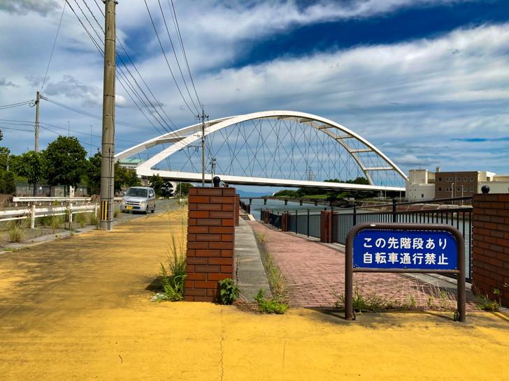 【大牟田市西港町1丁目】なにやらレトロな雰囲気の場所【諏訪川橋】: 諏訪川橋と遊歩道