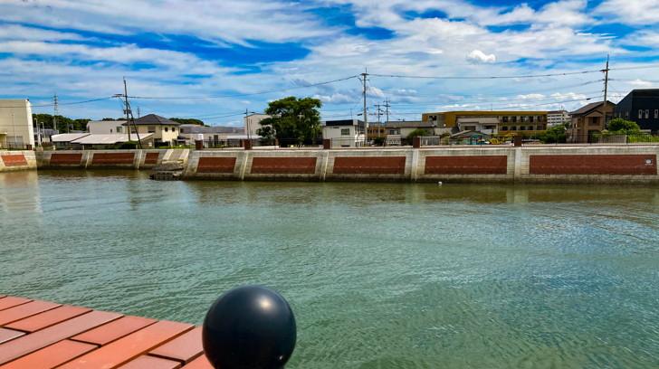 【大牟田市西港町1丁目】なにやらレトロな雰囲気の場所【諏訪川橋】: 諏訪川。レンガ調の地面と塀が美しい