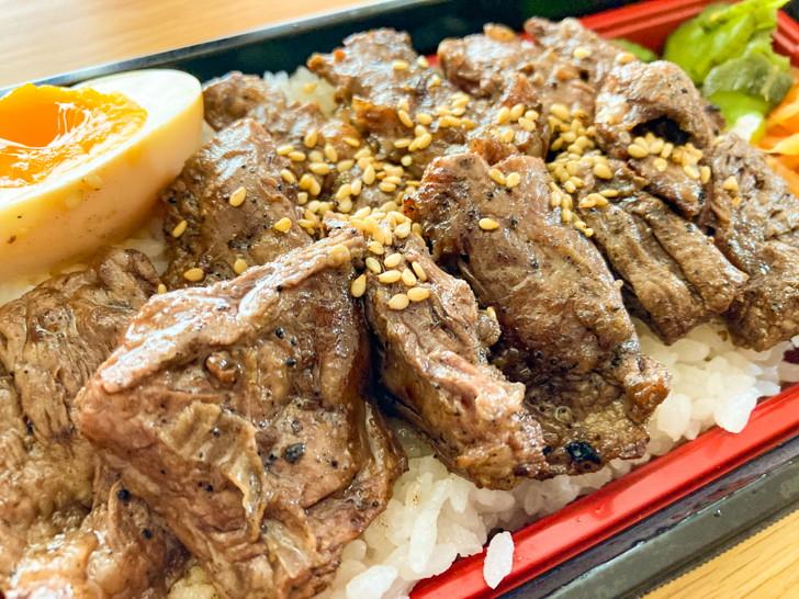 炭でやくばい:カルビ焼肉弁当:厚みのあるお肉がひしめき合っている