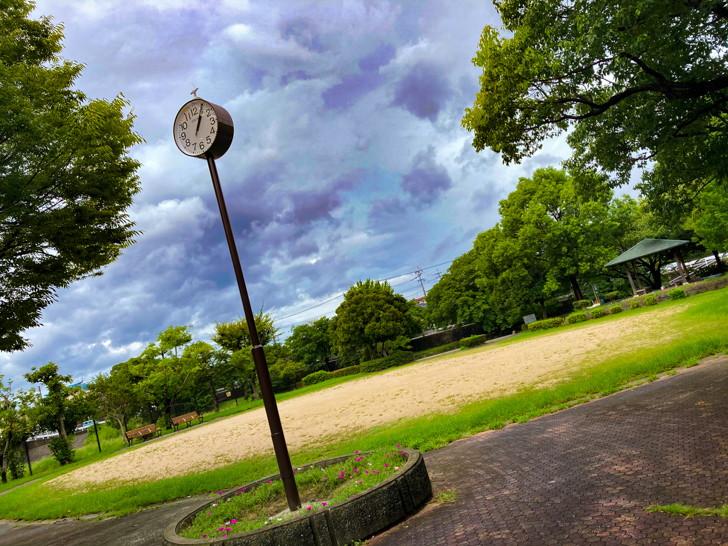 【南区】那珂川の濁流を楽しめる「那珂川河畔公園」を散策 グラウンドと屋外時計