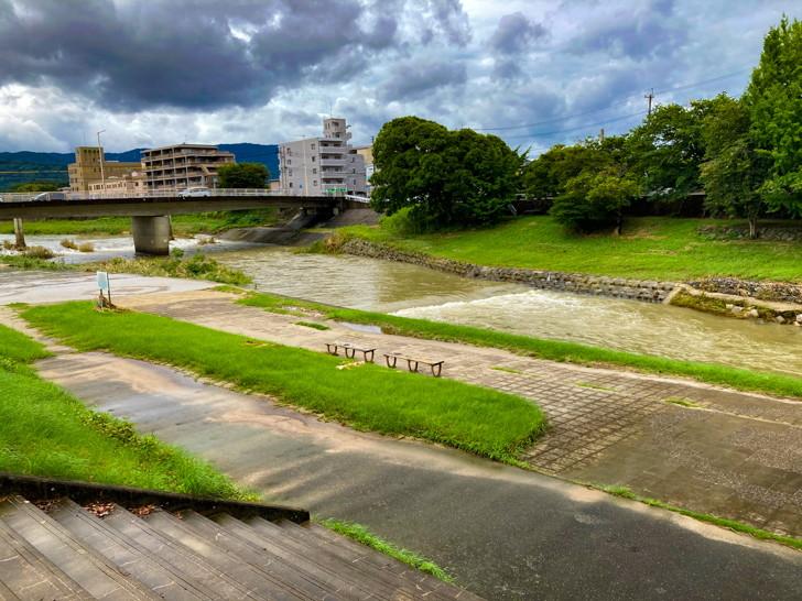【南区】那珂川の濁流を楽しめる「那珂川河畔公園」を散策 那珂川が見える